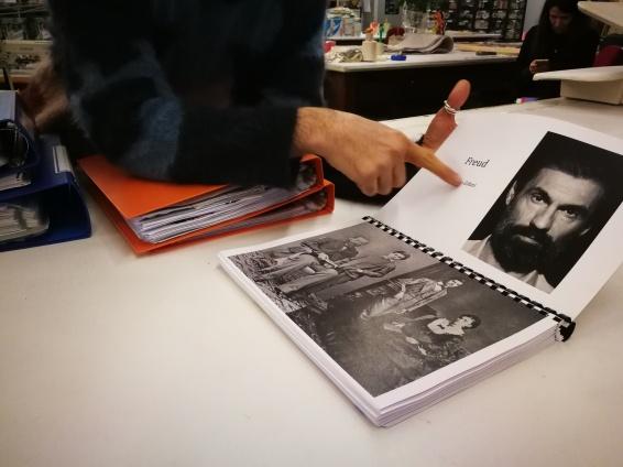 In sartoria, Sbicca ci mostra i libretti realizzati da lui con le immagini di riferimento dei costumi di scena